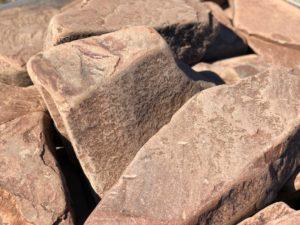 Камень бутовый красный галтованный с разводами