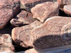 Камень бутовый розовый галтованный с разводами